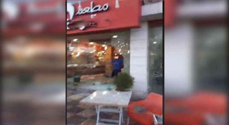 صورة من أمام المطعم الذي تم تحطيم واجهاته