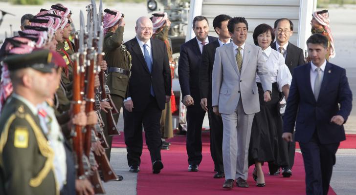 رئيس الوزراء الياباني يصل إلى عمان