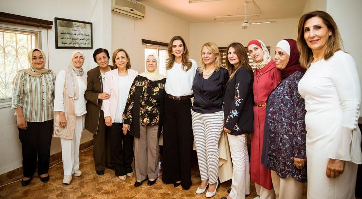 الملكة رانيا تطلع على برامج جمعية الاسر التنموية الخيرية