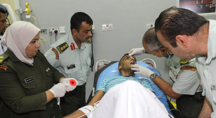 وصول المصاب هيثم أبو سبله الى المدينة الطبية