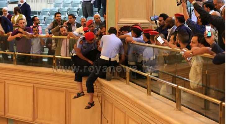 صورة تظهر الشخص الذي حاول الانتحار من شرفات المجلس