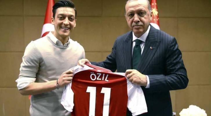 صورة اوزيل مع الرئيس التركي