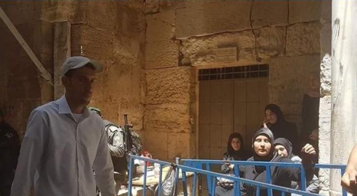 الاحتلال يعتقل نسوة على أبواب الأقصى