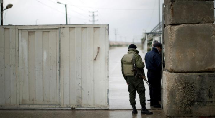 عناصر أمن من حركة حماس يقفون عند الجانب الفلسطيني من معبر إيريز