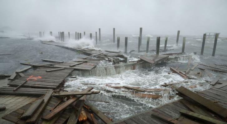 اللحظات الأولى لوصول الإعصار فلورنس