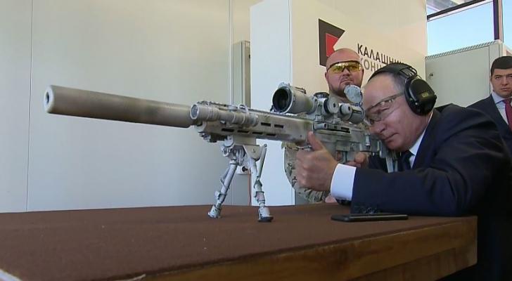 بوتين يختبر بندقية قنص ويطلق رصاصات