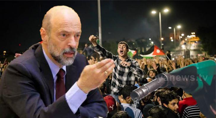 الرزاز من اليسار وخرطوم محروقات من اليمين واحتجاجات الرابع في الخلفية
