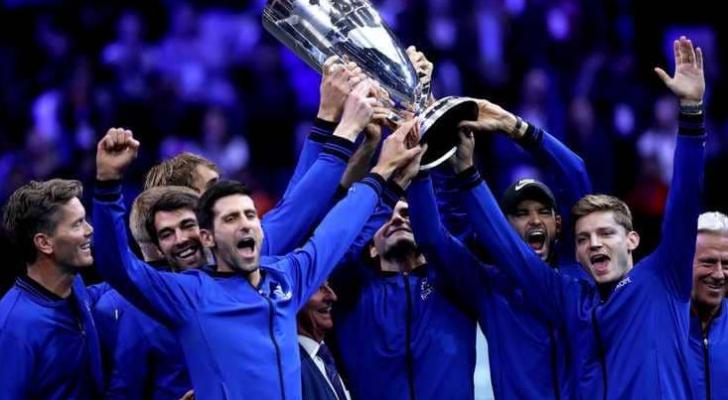 فريق العالم يحتفل بالكأس