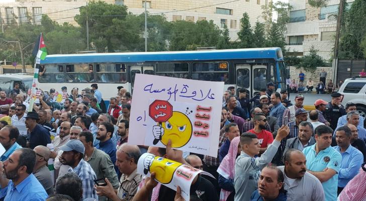 جانب من اعتصام موظفي البلديات امام الوزارة في العاصمة عمان