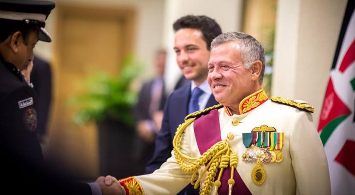 جلالة الملك يصافح أعضاء مجلسي الأعيان والنواب وكبار المسؤولين المدنيين والعسكريين