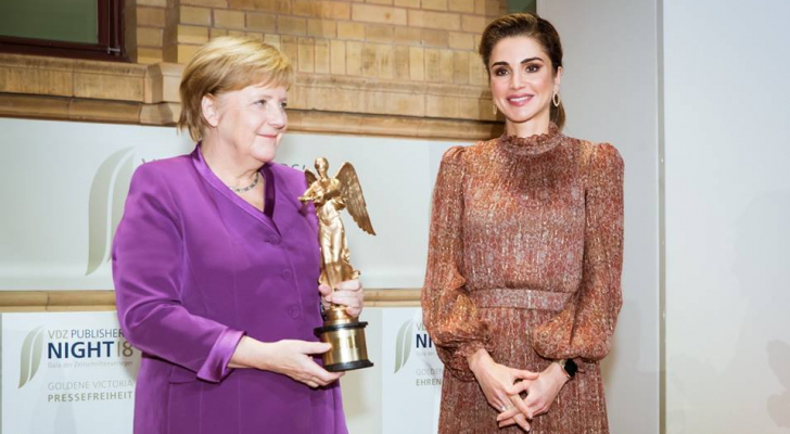 الملكة تسلم المستشارة الألمانية أنجيلا ميركل جائزة فكتوريا الذهبية الفخرية
