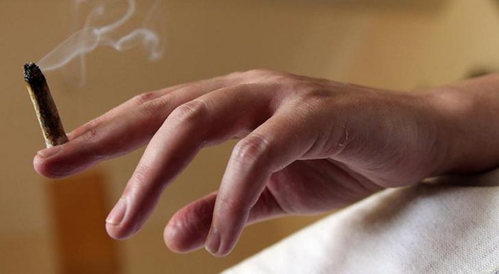 شاب يدخن سيجارة