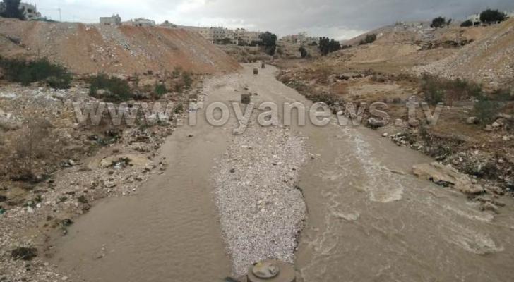 الجهات المعنية حذرت من الاقتراب من مجاري السيول