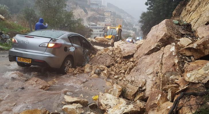 إحدى السيارات التي علقت تحت الانهيار الصخري
