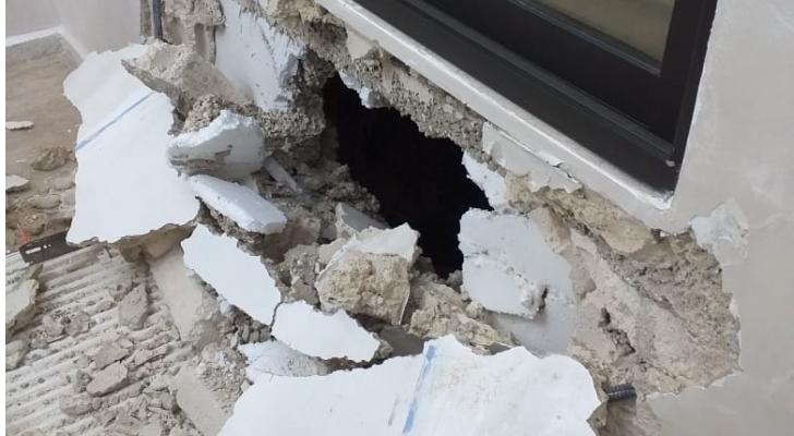 اضرار مادية لعمارة في الجبيهة نتيجة انهيار قطع صخري