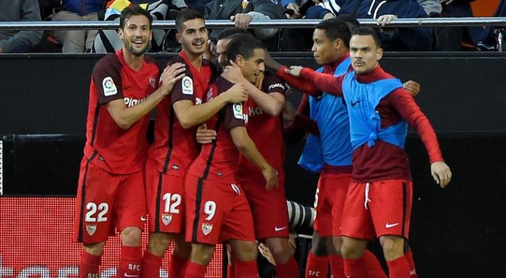 لاعبو إشبيلية يحتفلون بهدف بابلو سارابيا في مرمى فالنسيا (1-1) في الدوري الإسباني