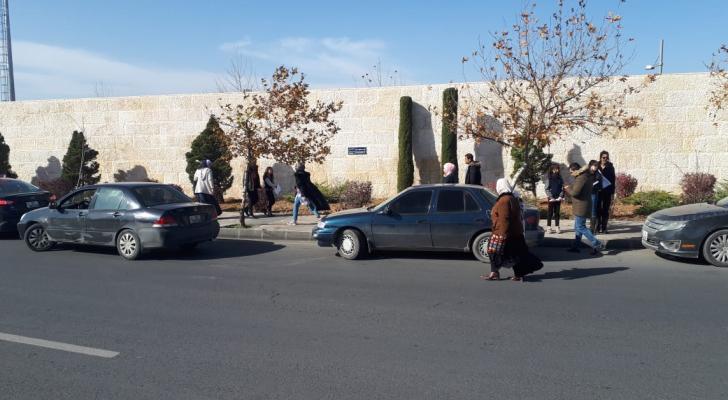 أمام مدخل قصر الحسينية