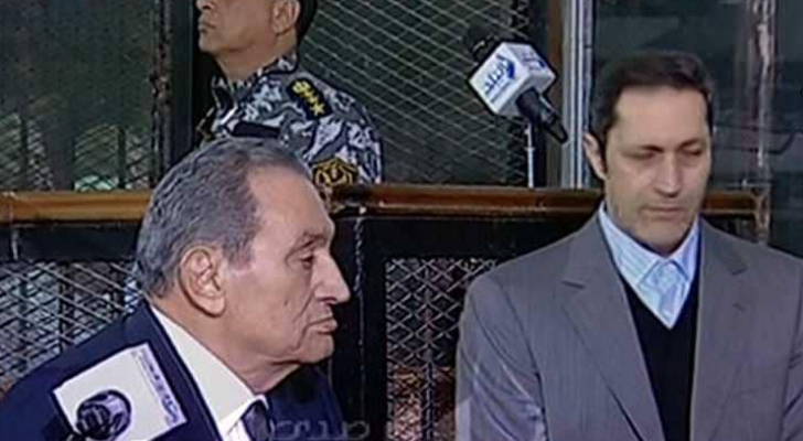 حسني مبارك يدلي بشهادته أمام المحكمة