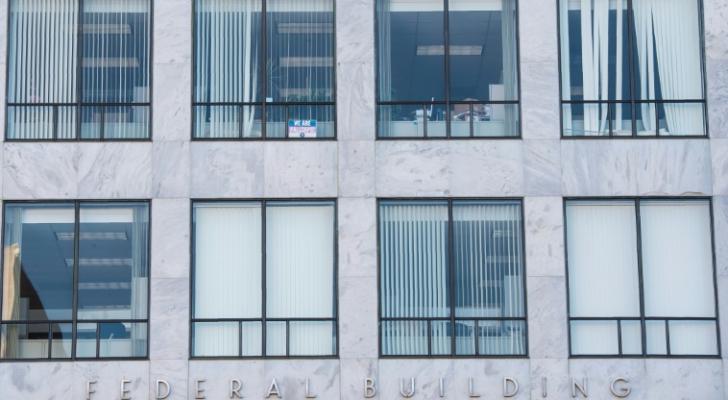 مكاتب خاوية من الموظفين في مبنٍ فدرالي في واشنطن