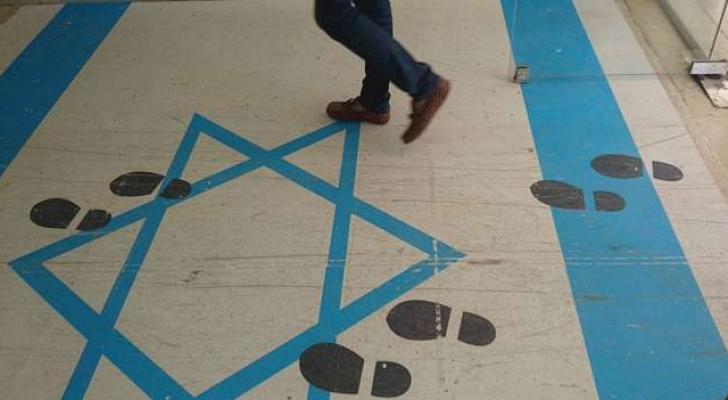 صورة علم الاحتلال مرسومة عند مدخل مجمع النقابات المهنية في عمان