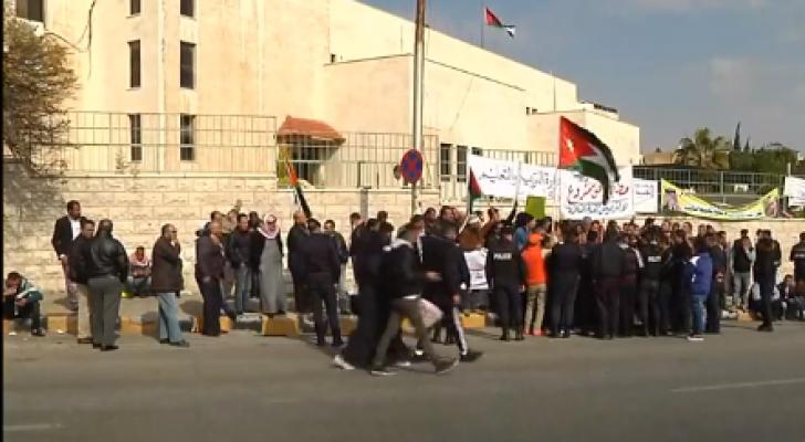 موظفو الفئة الثالثة يعتصمون أمام وزارة التربية والتعليم في عمان