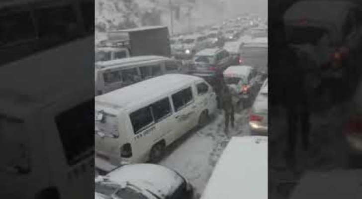 الثلوج تغلق الطريق الدولي بين لبنان وسوريا