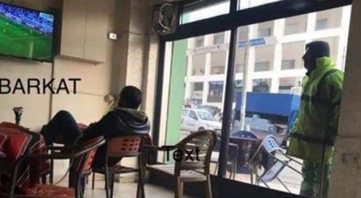 صورة الشوملي وهو يتابع المباراة من خارج الزجاج