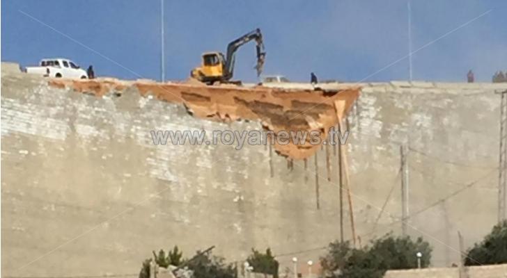 انهيار جزء من جدار استنادي في شارع الستين بالسلط