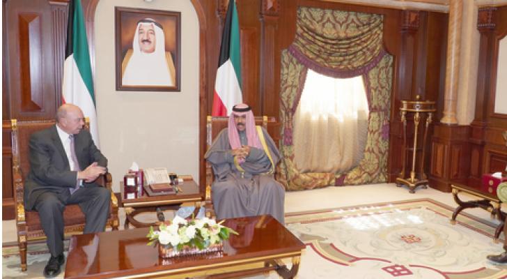 الفايز ينقل رسالة خطية من الملك إلى امير الكويت