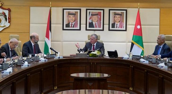 الملك خلال ترأسه جلسة لمجلس الوزراء - ارشيفية