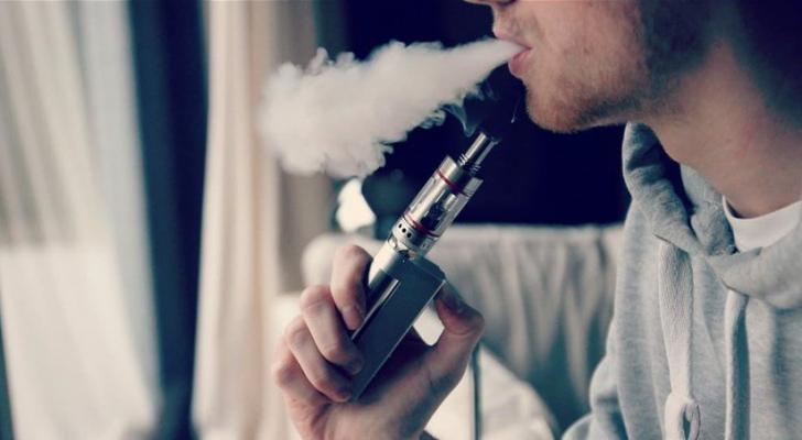 شاب يدخن سيجارة إلكترونية