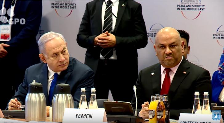 اليماني جالساً بجانب نتنياهو خلال إحدى جلسات المؤتمر