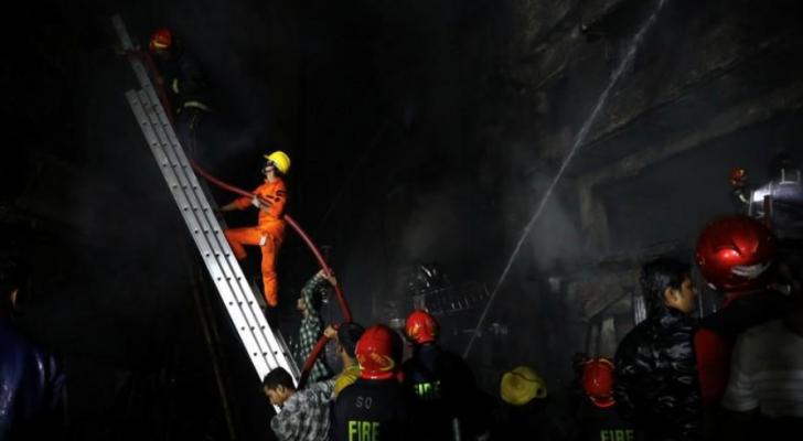 رجال الإطفاء يحاولون إخماد الحريق