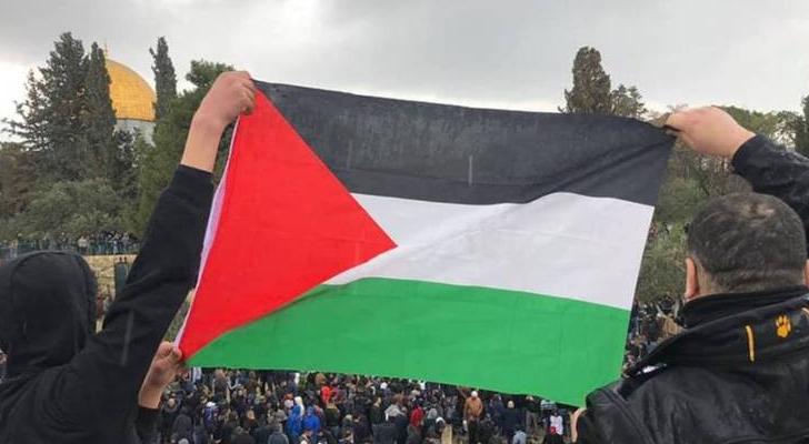 رفع العلم الفلسطيني عند مصلى باب الرحمة