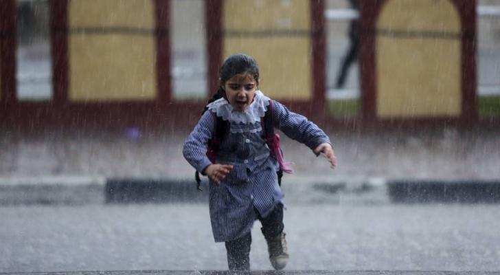 طفلة تحت غزارة الامطار - ارشيفية