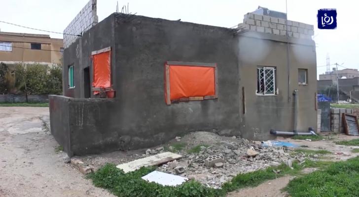 عائلة سعيد تعيش في منزل بلا نوافذ وتجسد معاني الفقر والحرمان في اربد