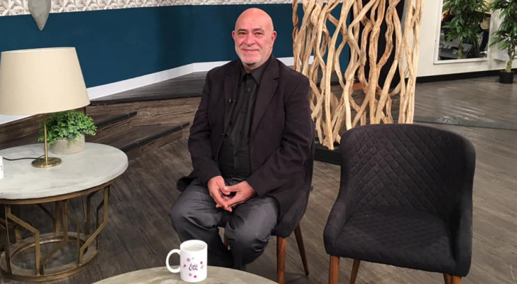 الفنان غسان المشيني خلال استضافته في برنامج حلوة يا دنبا