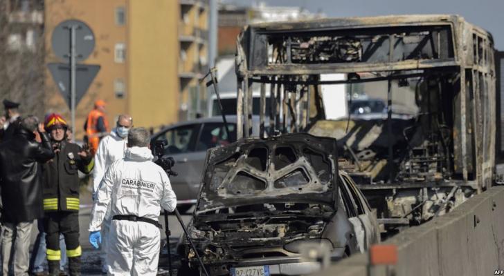 الحافلة المدرسية التي كانت تحمل 50 تلميذا قبل أن تحترق في ميلان