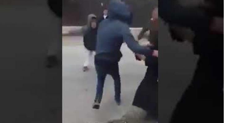 مستوطنون يعتدون بوحشية على سيدة وابنها في الخليل