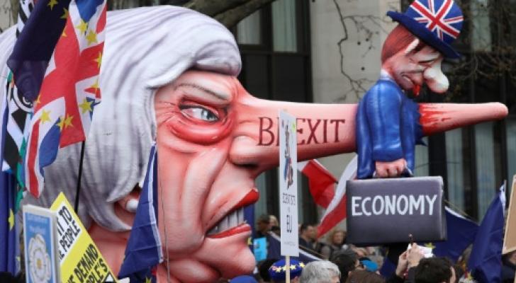 مجسم كاريكاتوري لتريزا ماي حمله المتظاهرون في شوارع لندن