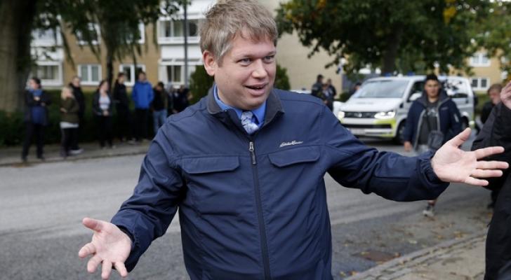 رئيس حزب دنماركي يحرق القرآن