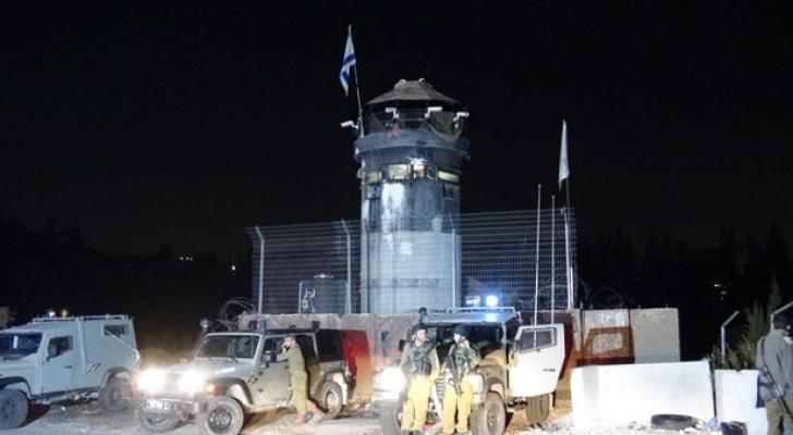 مستوطن يطلق النار تجاه منازل المواطنين بالعروب شمال الخليل
