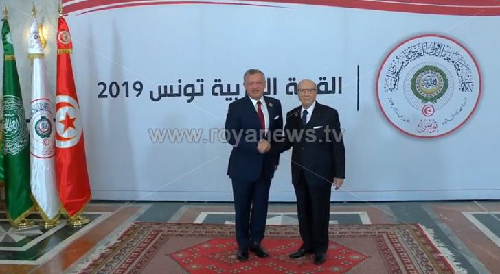 الملك يصل إلى قصر المؤتمرات للمشاركة في الدورة العادية 30 للقمة العربية في تونس