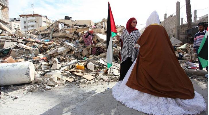 العروس الفلسطينية شيماء الحويطي تُزف من أمام منزلها المدّمر بعد غارات الاحتلال