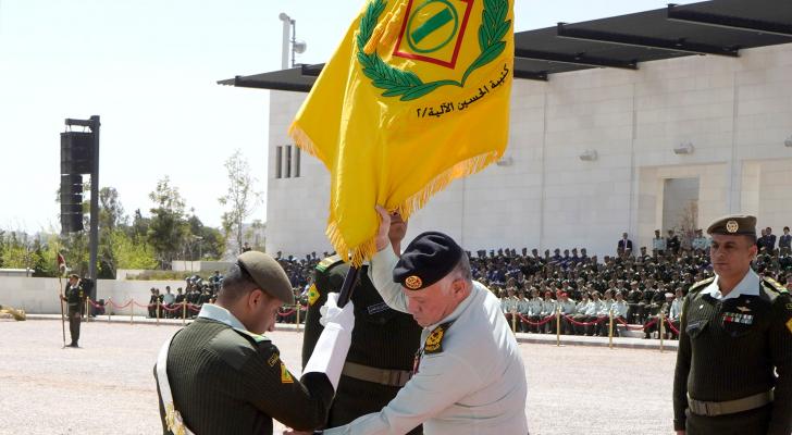 الملك يسلم علم جلالة القائد الأعلى إلى كتيبة الحسين الآلية /2 (أم الشهداء)