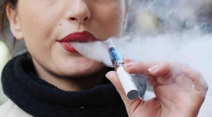 """وزارة الصحة قالت إنها تدرس السماح لإدخال """"السيجارة الإلكترونية"""" على غرار دول أخرى"""