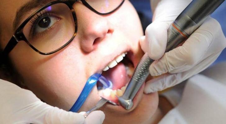 يتجاهل كثيرون أعراضا تدل على وجود مشكلة في أسنانهم
