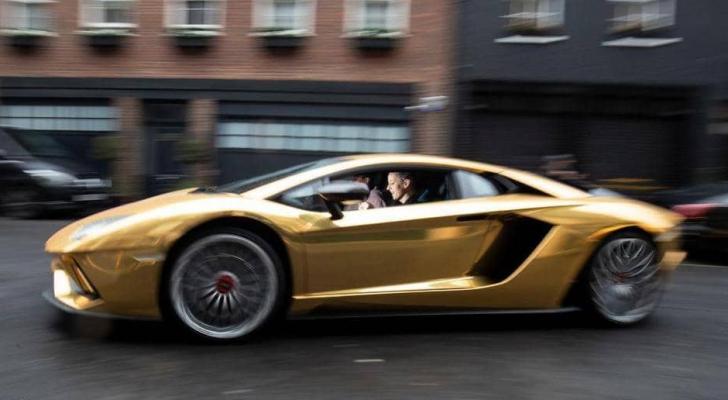 إقبال على السيارات الذهبية
