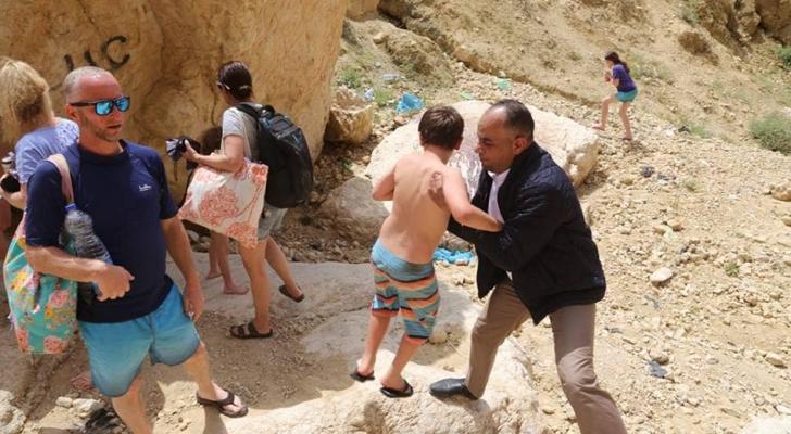 رئيس بلدية الكرك خلال مساعدته للسياح الصهاينة