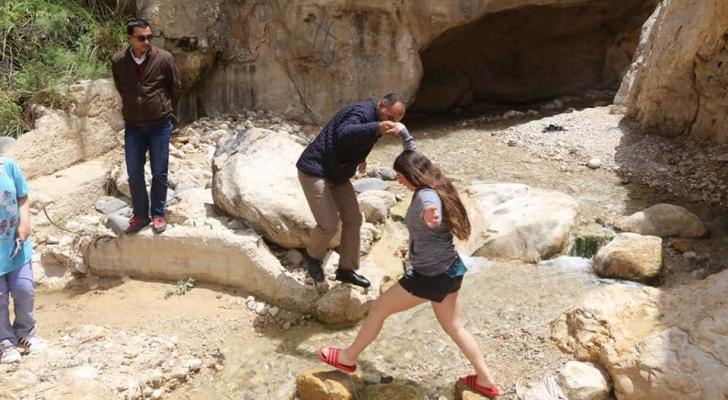 رئيس بلدية الكرك يساعد سياح من الاحتلال